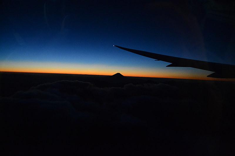 だんだん明るくなってきた。遠くに富士山が見える