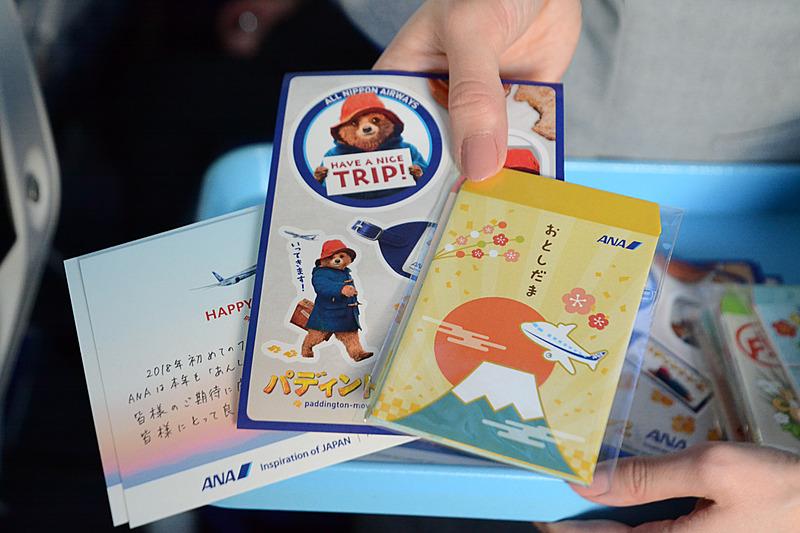 CAが乗客一人一人に手書きのカードをプレゼント