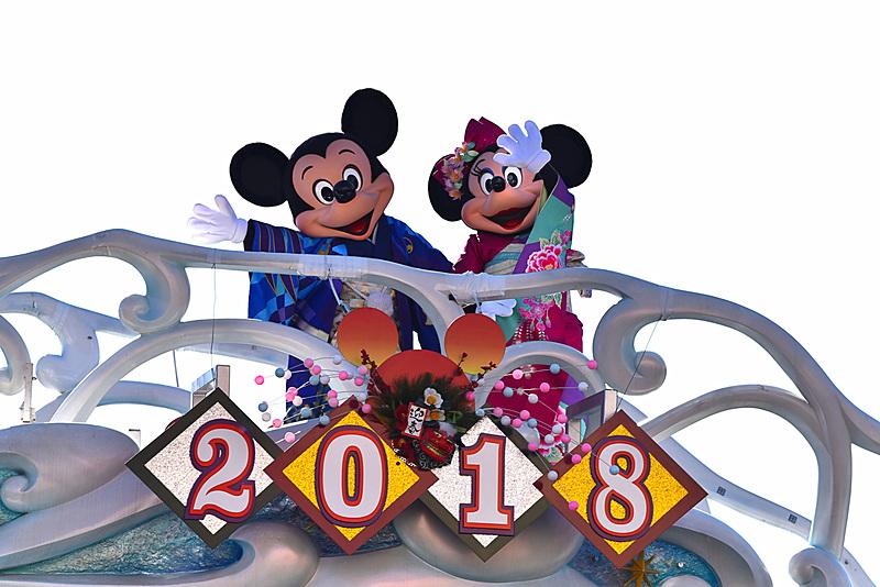 ミッキーマウスとミニーマウスたちがゲストたちと手締めで新年をお祝い。ドナルドダックとデイジーダックも揃ってゲストにご挨拶