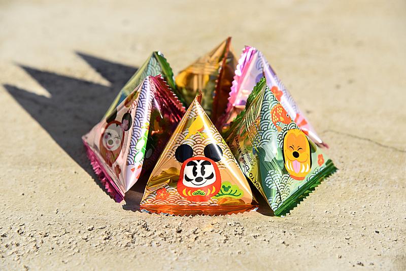 テトラ型の小分け袋には、ダルマシェイプのミッキーマウスたちの笑顔が描かれている