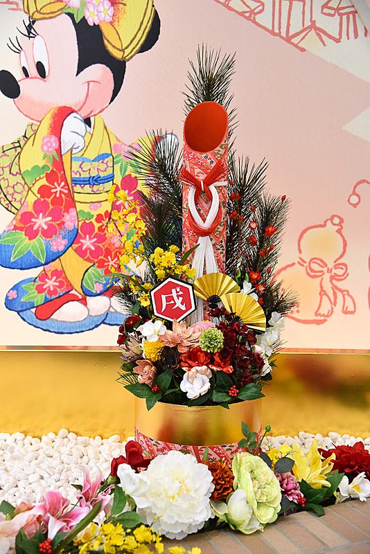 サイドの門松には「戌」のデコレーション。「戌」の点部分が肉球印に。全体的に椿や梅などが使われており季節感も