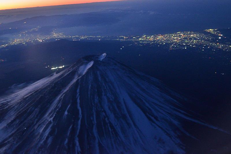 この高さ、この角度で見る富士山の迫力ったら! ボケボケなのがとても残念な一枚