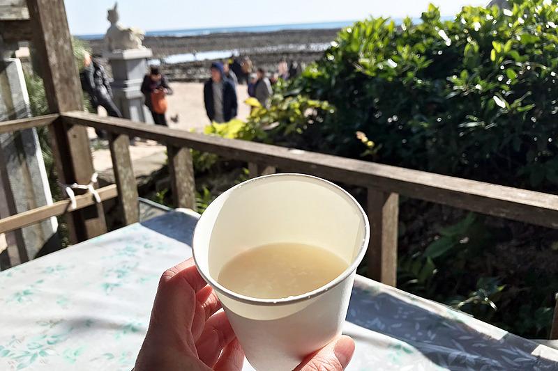 """青島神社で""""鬼の洗濯板""""を眺めながら元旦に甘酒を飲める幸せにひたるの図"""
