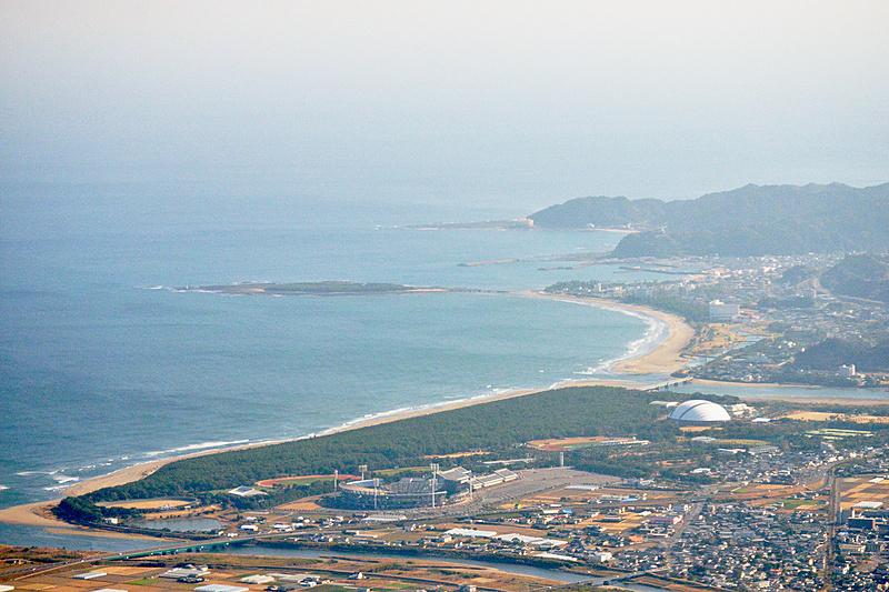 離陸直後、遠くに青島が見えました