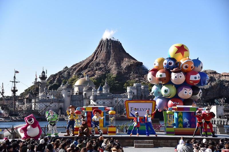 ピクサー・プレイタイム・パルズを象徴する約10mもの巨大なバルーンが上がり、ショーはフィナーレへ!