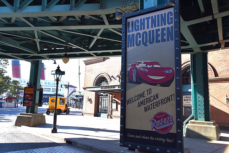 「ライトニング・マックィーン・ヴィクトリーラップ」開催の告知ポスターも高架下に掲げられていた