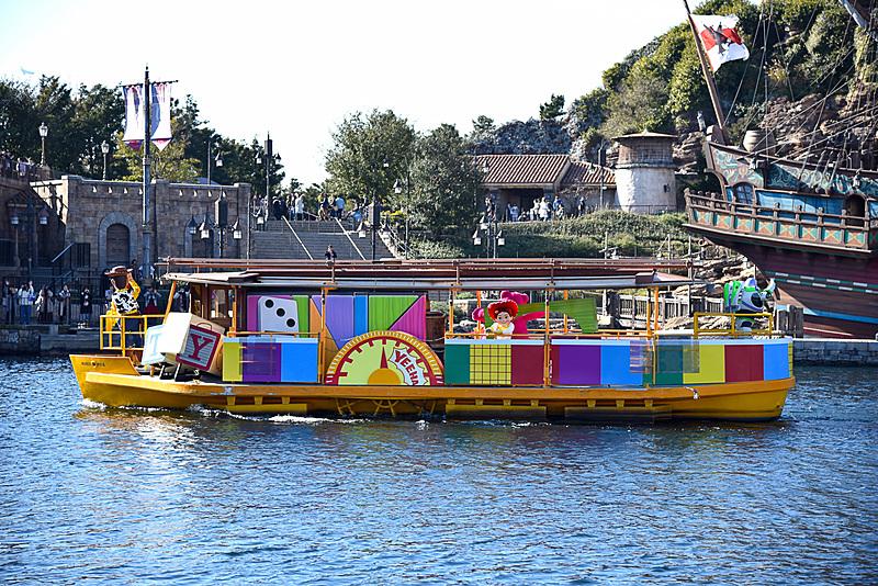 船にはスペシャルなデコレーションが施されている。オモチャがたっぷりな映画「トイ・ストーリー」シリーズの一艘