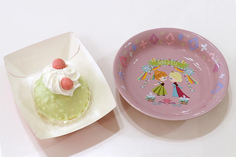 しっかり甘く、食感が楽しい「ミックスベリームースケーキ、スーベニアプレート付き」(750円)