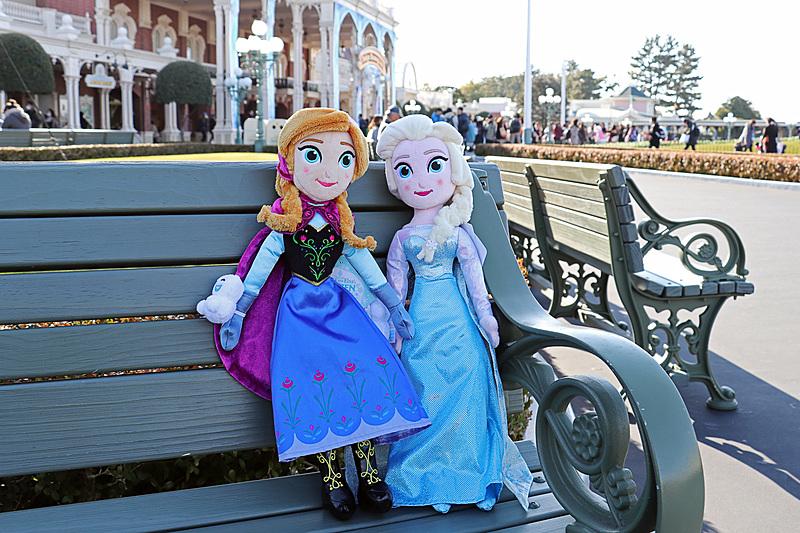 約45cmと大きめのアナとエルサの「ぬいぐるみ」(各3500円)は今年はスノーギース付き