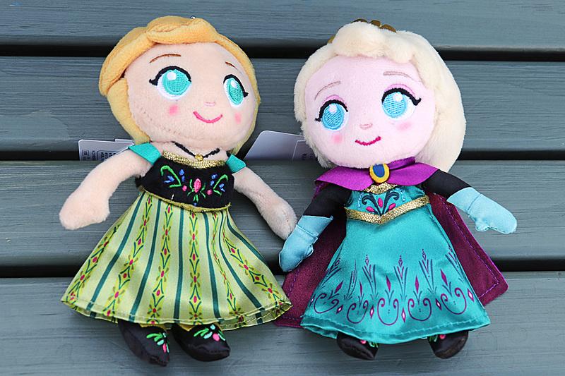 アナやエルサの「ぬいぐるみバッジ」(各1600円)も昨年とは違うデザインだ
