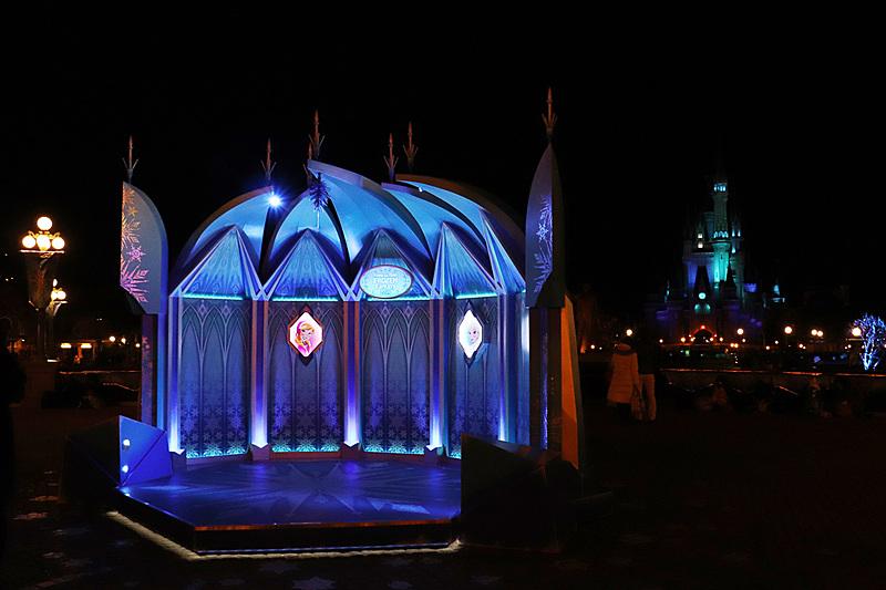 夜もシンデレラ城ととも美しくライトアップされる