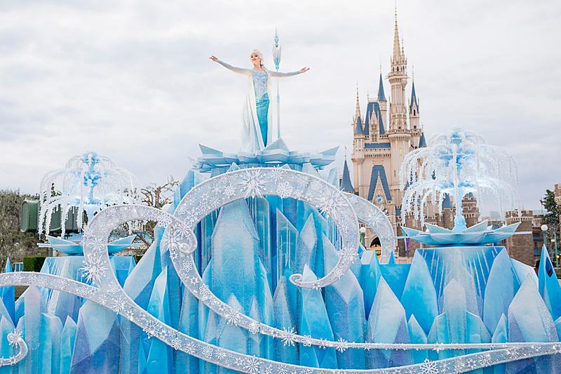 エルサの氷のお城を表現したフロートに乗ってエルサが登場(画像提供:オリエンタルランド)