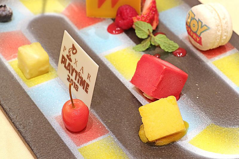 ダイス型のマンゴーとラズベリーのソルベ、ラズベリー味のマカロン、ガトーオペラのチョコレートケーキなどが配置され、いろいろな味が楽しめる
