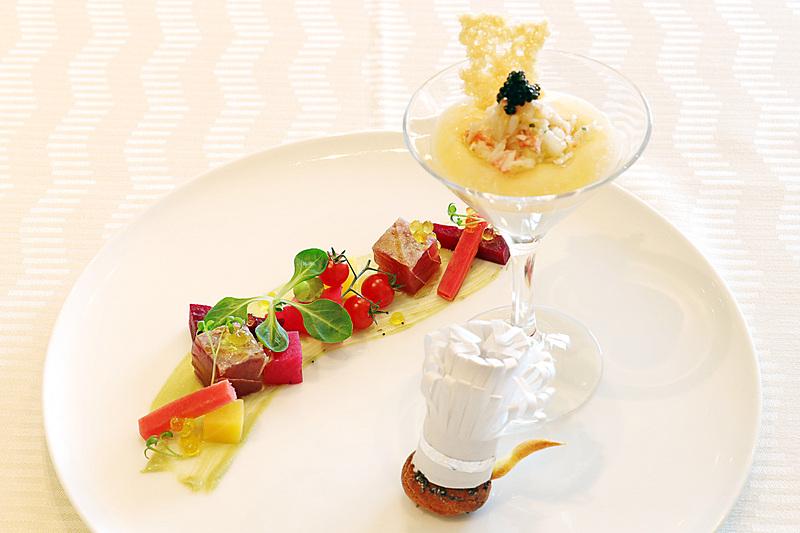 「タラバ蟹のカクテルと鮪のマリネ グジェールと彩り野菜のグレック」。尻尾付きのかわいいシューはレミーをイメージ