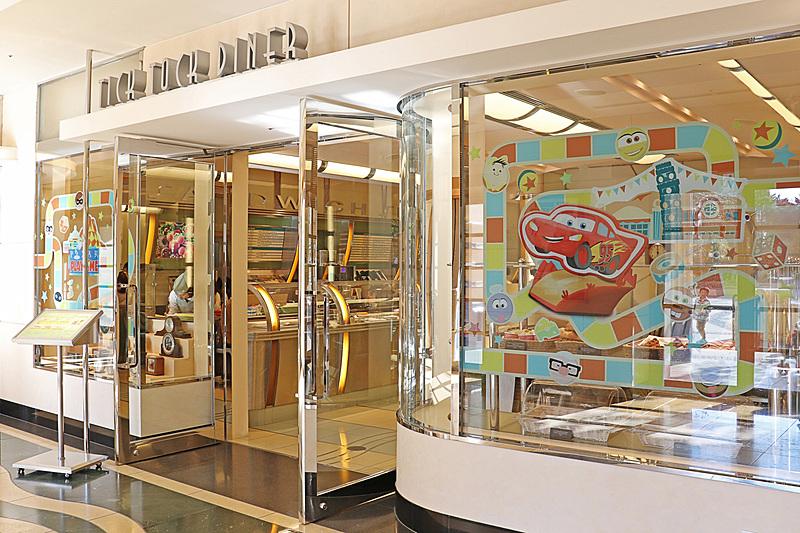 ディズニーアンバサダーホテルのチックタック・ダイナーは外観もピクサー・プレイタイム仕様に