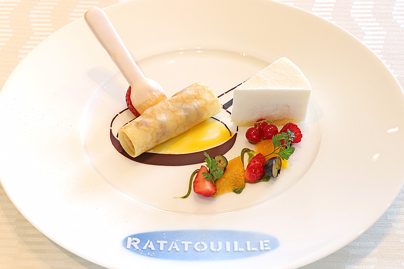 映画のなかで登場する朝食のシーンをイメージしたデザート。原題「RATATOUILLE」も描かれている