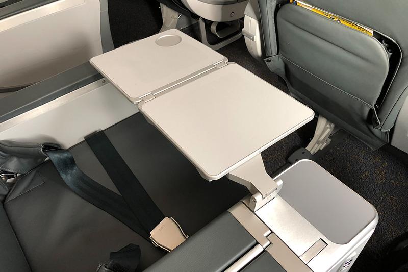 テーブルはシートの横から引き出すタイプ。ノートPCを広げて使っても余裕がある