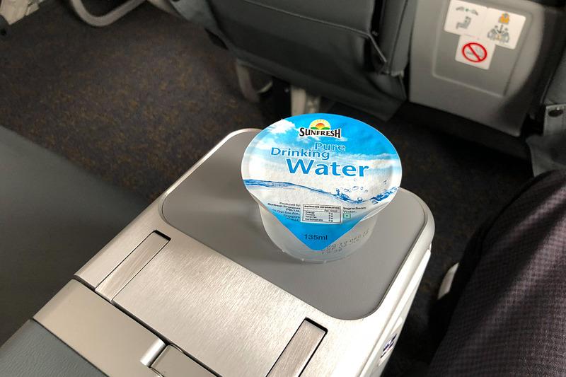離陸前に水を提供された