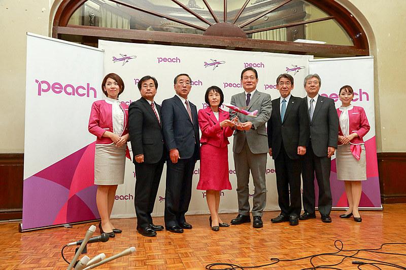 2017年12月13日に北海道庁で開かれた記者会見には北海道知事の高橋はるみ氏や、Peach Aviation株式会社 代表取締役CEOの井上慎一氏が出席した