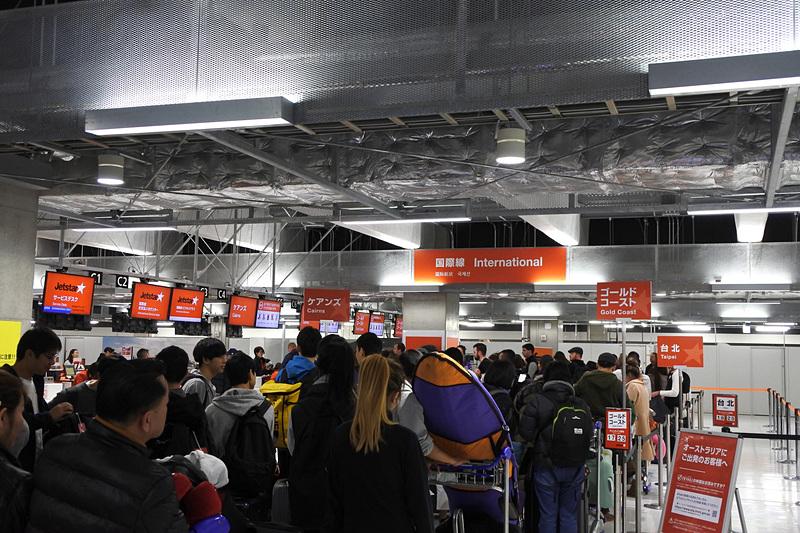 ジェットスター航空のカウンターは3時間前から利用客でごった返していた