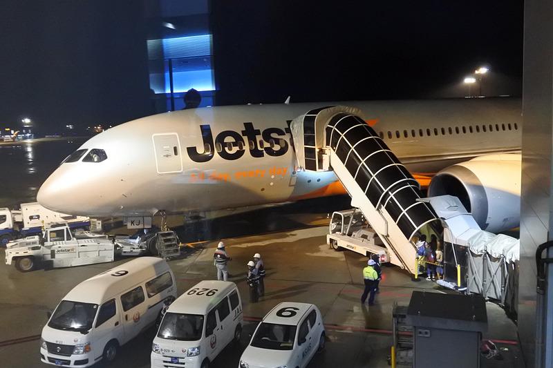 今回利用したJQ26便。タラップを使い機内へ