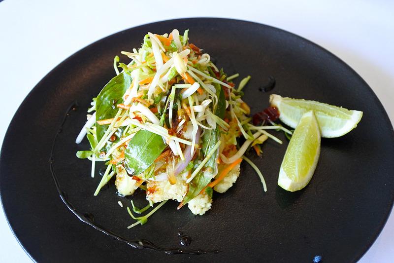 野菜の下にカラマリが隠れんぼ「three pepper calamari」