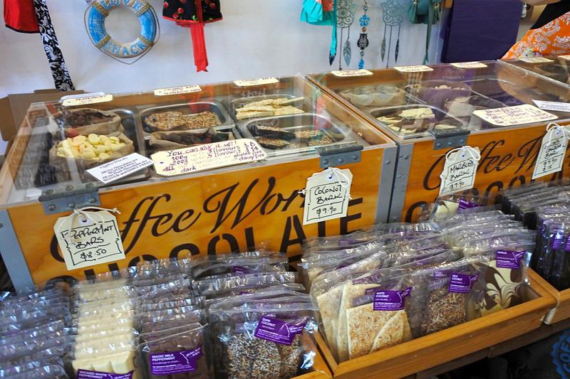 カウンターのボックスにはさまざまな種類のチョコレートが並んでいる