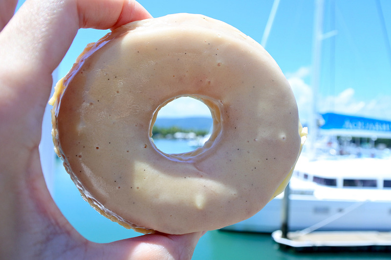 「DUKE'S DOUGHNUTS PORT DOUGLAS」の「Vanilla Glazed」片手に散歩