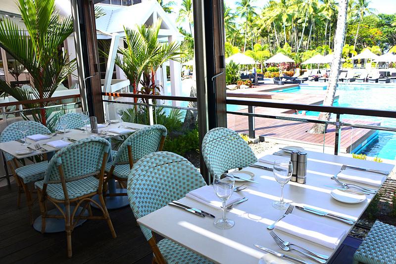 レストランでは水辺で食事を楽しむこともできる