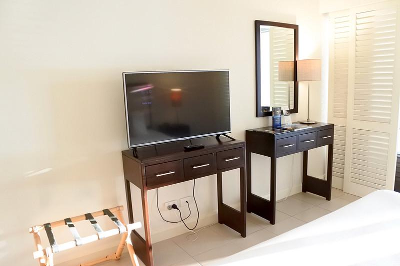 木製家具に薄型液晶テレビなどシンプルで必要最低限な構成
