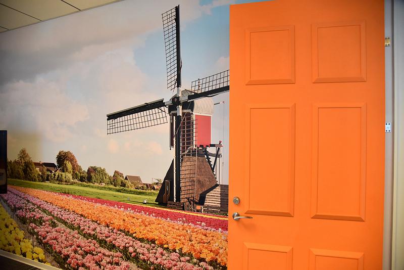 アムステルダムの会議室は風車と花畑。パリの会議室にはアーティスティックなシャンデリアなどをデコレーション