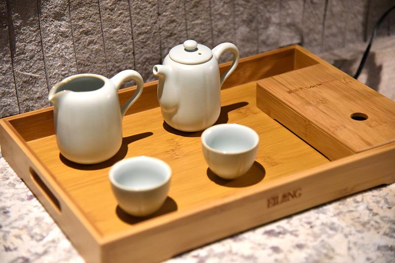 老舗「宜龍」の台湾茶器を使い凍頂烏龍茶や阿里山金萱茶を淹れて楽しむことも
