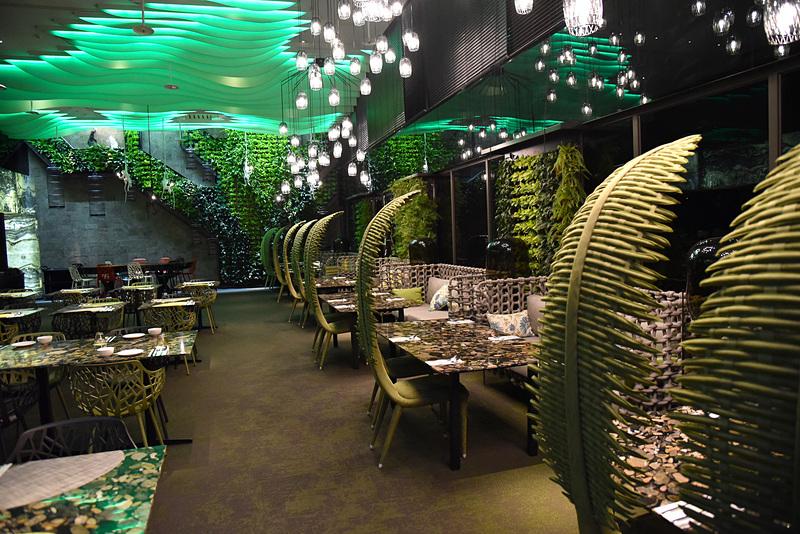 ヤシの葉をイメージしたチェアが並ぶ「Forest Restaurant」