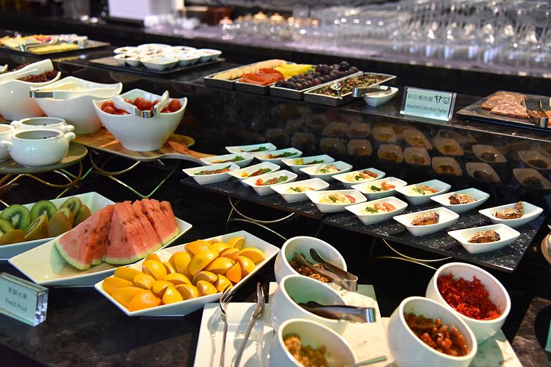 ちょこっとつまめる小皿類から地元産フルーツまで、朝食ビュッフェは色鮮やかな食材が並んでいました