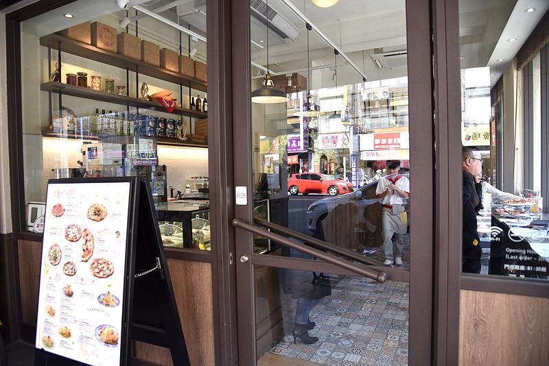 ホテルから吉仁公園を挟んですぐの「窯焼きピッツァ 自家製パスタ BANCO」へ