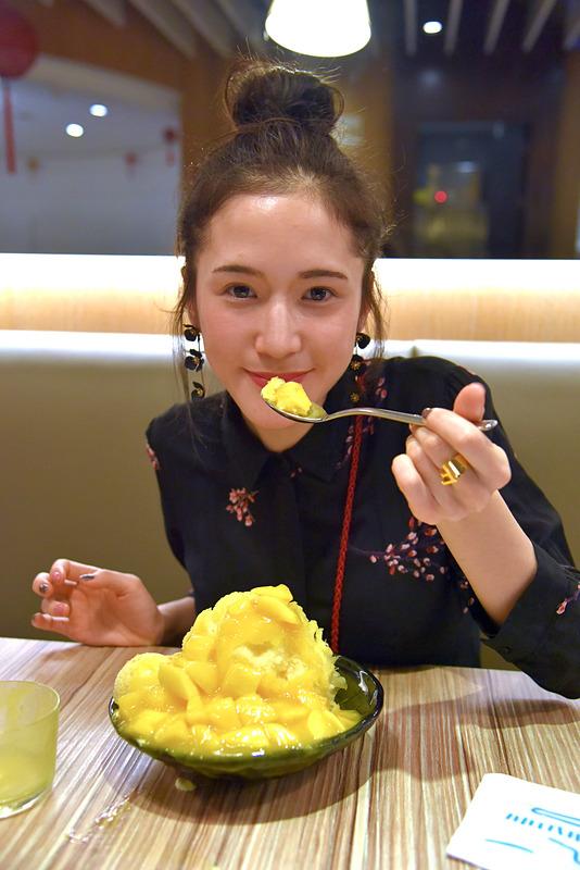 フワフワのかき氷ににっこり笑顔。その濃厚さと素材の味わいは女性も余裕で完食できてしまうほどです