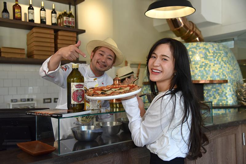 プロデュースを手掛ける世界一のピザ職人牧島昭成さんから出来立ての「Pizza Extra Margherita」(340台湾ドル、約1292円)を受け取ります