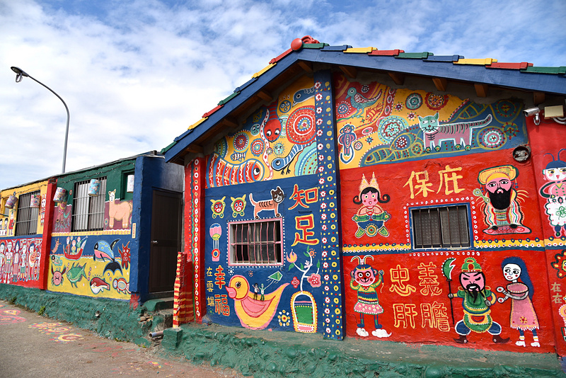 エリア全体、家屋も屋根までアート。居住者に配慮して深夜や早朝の訪問はNG。マナーを守って訪れて