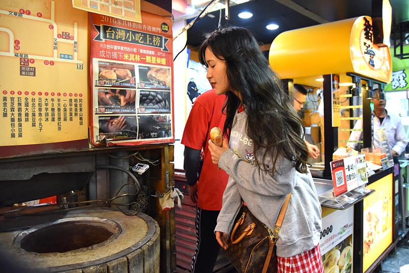 窯の中で焼いている様子を見学。側面に胡椒餅がぺたりと吸い付いていました