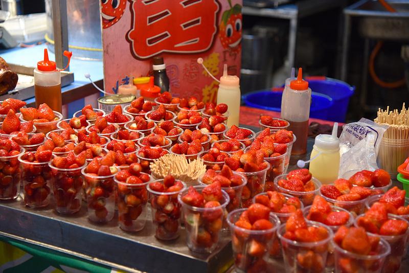 フルーツカップでリフレッシュ。「大腸包小腸」(50台湾ドル、約190円)なども逢甲夜市で味わいたいワンハンドメニューの1つです