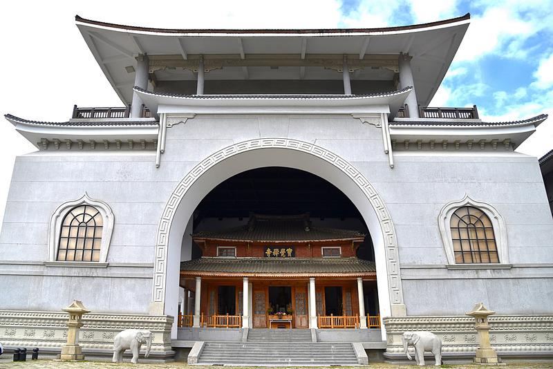 「寶覺禅寺(宝覚寺)」の本堂自体は木造。まわりを白い巨大な建物で保護しています