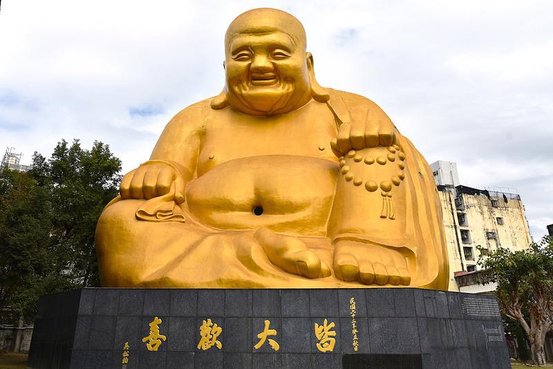 約33mの「弥勒大仏像」にご挨拶。おへそを触るとお金持ちに、耳に触れると幸せになれますよ