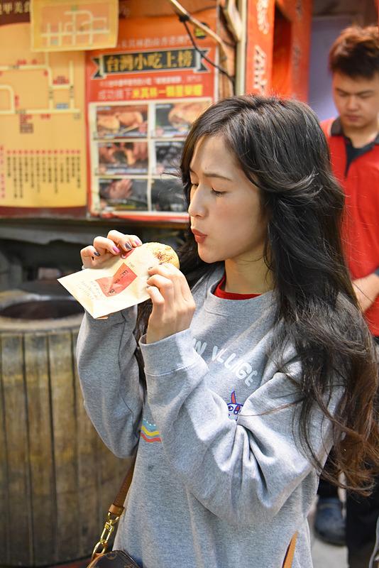 屋台グルメの定番「胡椒餅」。外はカリカリ、一口目から肉汁があふれ出てきます。熱いのでふーふーしてからいただきます