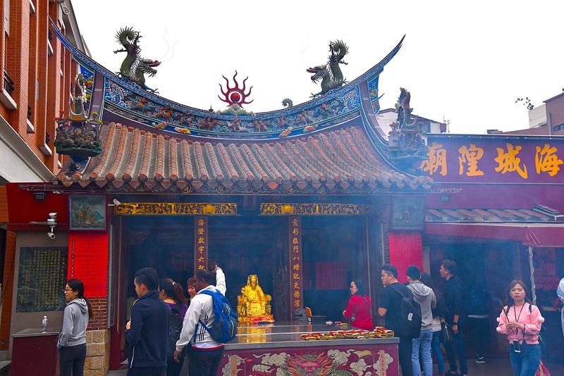 「台北霞海城隍廟」は朝早くから、願いを胸にたくさんの参拝者でにぎわっていました