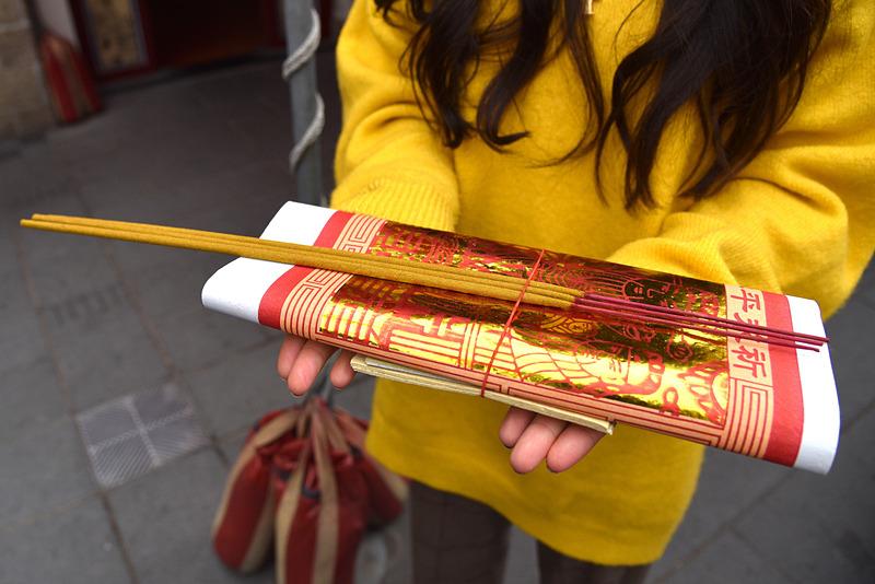 参拝の前に、金紙とお線香3本のセットを購入します