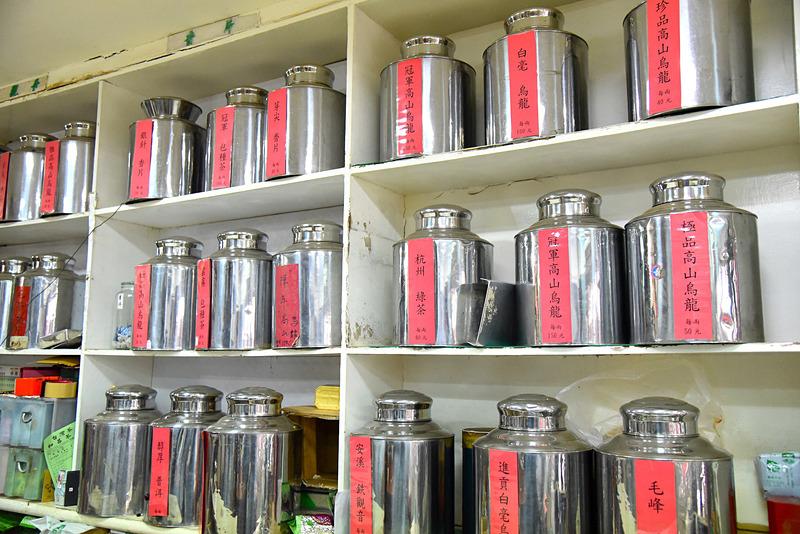 棚にはさまざまな種類のお茶が並んでいました
