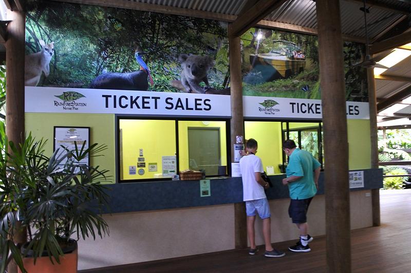 道なりに進むとチケット売り場があるので、ここで入場券などを購入