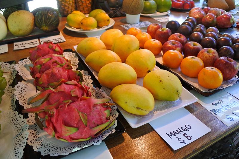 「トロピカル・トリート・ジュース・バー」では採れたてのフルーツを販売中