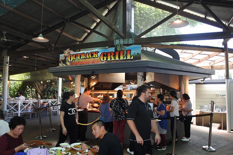 広々としたレストラン店内。お昼時になるとあっという間に満席になるほど人気