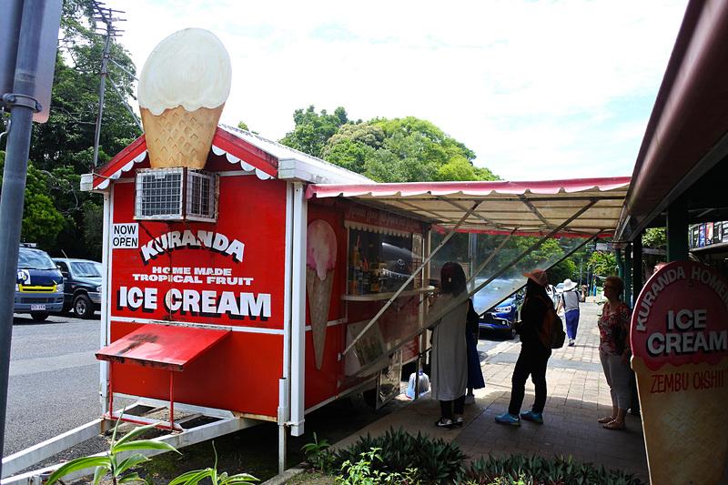 真っ赤なバンが目印の「Kuranda Home Made Tropical Fruit Ice Cream」